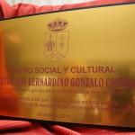 Placa conmemorativa del bautizo del centro social y cultural maestro D. Bernardino, promovido por sus antiguos alumnos y organizado por la Asociación de Vecinos de Torregamones