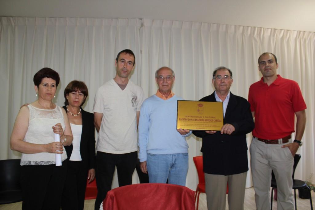 Homenaje a D. Bernardino: Los promotores y la Asociación de Vecinos posan mostrando la placa conmemorativa.