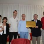 Homenaje a D. Bernardino: Los promotores y la directiva de la Asociación de Vecinos posan mostrando la placa conmemorativa.