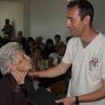Javier, presidente de la Asociación de Vecinos hace entrega de la placa conmemorativa a Rosa, una de nuestras mayores homenajeadas.