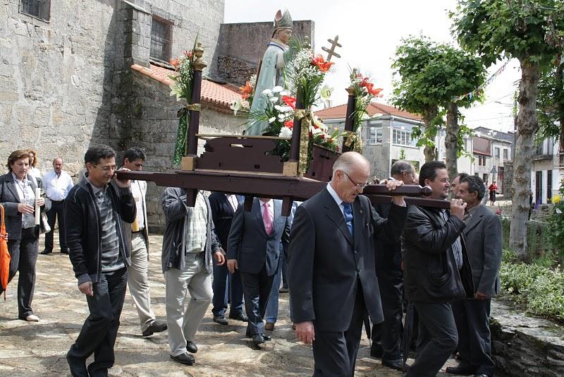 Devotos locales y foráneos llevan en andas al santo. Atrio de la iglesia.