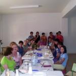 2011-09-11. Comida de la Asociación de Mujeres La Frontera. Las comensales en torno a la mesa foto 02