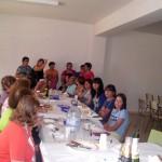 2011-09-11. Comida de la Asociación de Mujeres La Frontera. Las comensales en torno a la mesa foto 04