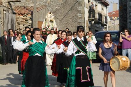 Fiestas Virgen del Templo 2011. Los mozos y mozas bailando el baile del ramo delante de la procesión de la Virgen.