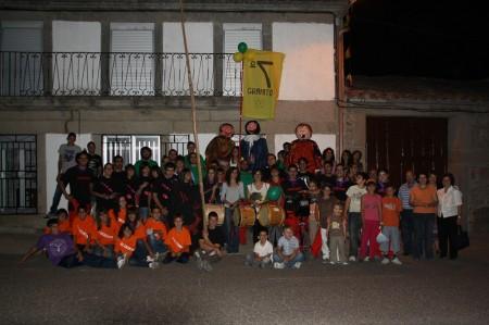 Fiestas Virgen del Templo 2011. Foto nocturna. en la plaza mayor posan las distintas peñas, juventud, y parte de las Asociaciones locales. al fondo, la bandera de la peña 7º granito y los cabezudos
