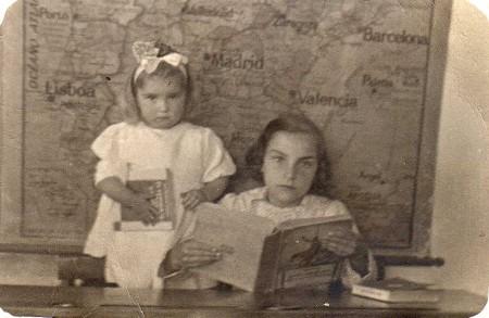 Dos niñas de Torregamones en el colegio. Foto tomada sobre 1940