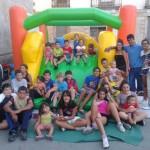 2013/08/20: Torregamones concluye su «Verano a tope» con la voluntad de superarse en 2014 (foto: multitud de niños en el hinchable)