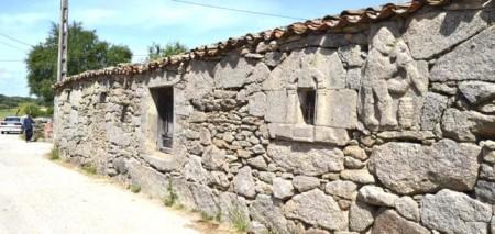 Fachada con piedras labradas en pared y ventana