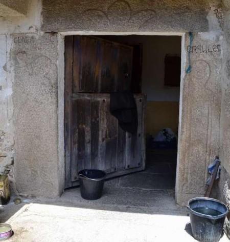 Las piedras labradas de Clara y Hércules, en pórtico de entrada a vivienda
