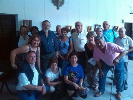 2014/08/09. La Asociación de Vecinos de Torregamones en Ávila, junto al escultor José Luis Fernández