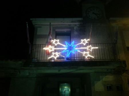 Luminaria de Navidad en el ayuntamiento de Torregamones (foto 1), donada por la Asociación de Vecinos