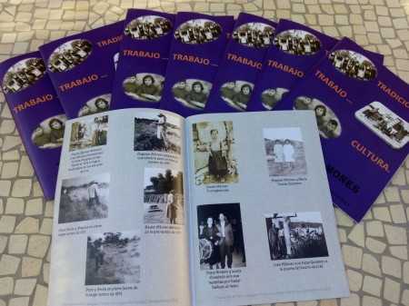 1ª edición del anuario fotográfico de Torregamones: se muestra la revista abierta sobre otras cerradas en forma de abanico