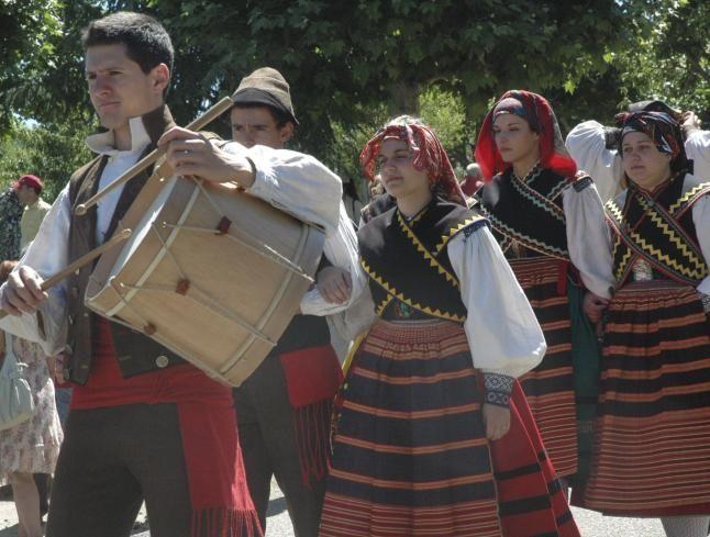 personas ataviadas con trajes folclóricos, uno de ellos porta tamboril (foto La Opinión de Zamora)