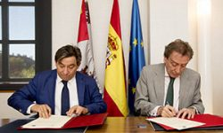 Un momento de la firma del acuerdo entre la Consejería de Presidencia y la UNED el pasado mes de septiembre de 2017