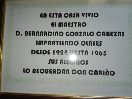 Orla reconocimiento maestro D. Bernardino: En esta casa vivió el maestro D. Bernardino Gonzalo Cabezas impartiendo clases desde 1924 hasta 1965. Sus alumnos lo recuerdan con cariño