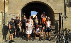 Los ciclistas con el alcalde de Fermoselle y la promotora de la ruta Iza Flores Marcos.