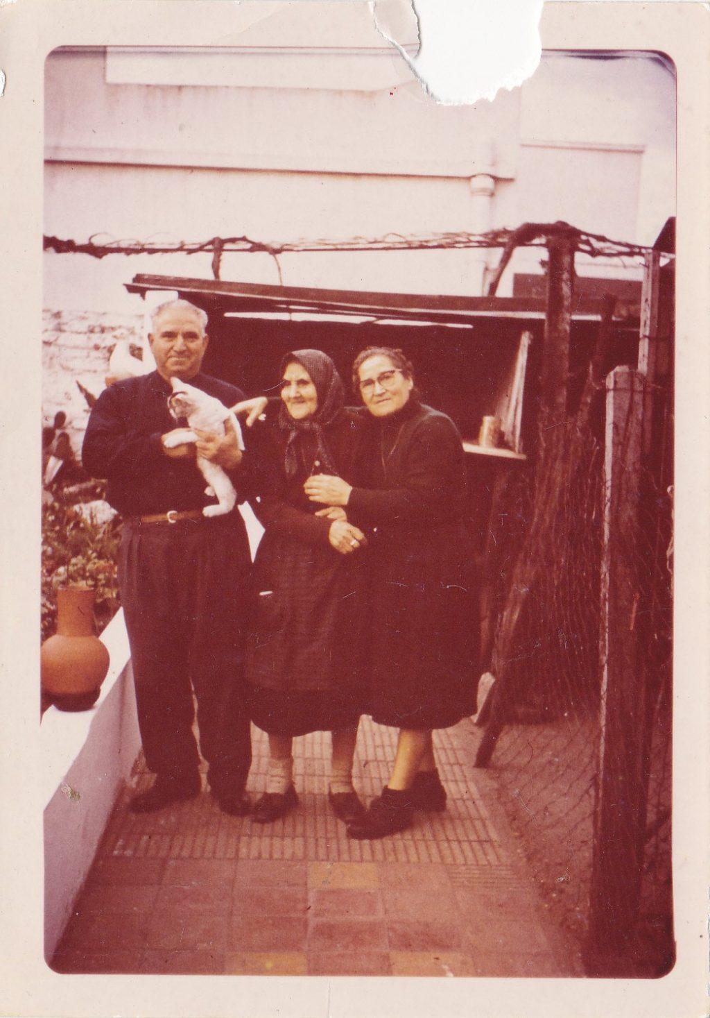 Mi abuela, mi tía Teresa y mi tío Heliodoro, el hijo y hermano adoptivo (c) Leonor Salustiano