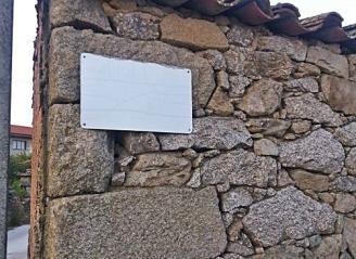Placa de calle de Torregamones, sin el nombre, borrado por el paso del tiempo al intemperie.