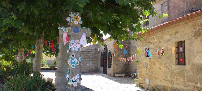 Cruz engalanada del recinto de la iglesia de Torregamones