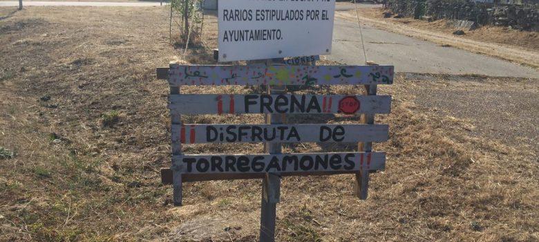 Cartel con la leyenda: Frena, distruta de Torregamones (agosto 2021)